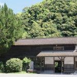 JR九州・肥薩線・嘉例川駅、明治の木造駅舎の横に成長した樹木