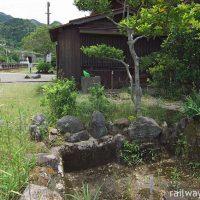 JR肥薩線・松前駅、駅構内の枯池とプラットホーム