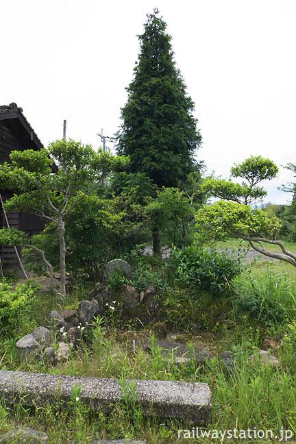 JR肥薩線・真幸駅、構内片隅の枯れた池のある庭園跡