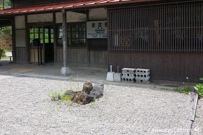 JR九州・肥薩線・真幸駅、白い石が敷き詰められた石庭跡と木造駅舎