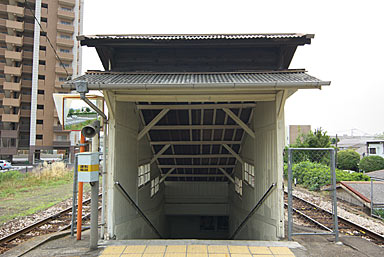 JR九州・久大本線・南久留米駅、通路の木造の入口部分