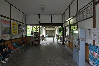 JR久大本線・南久留米駅の木造駅舎、窓口と待合室