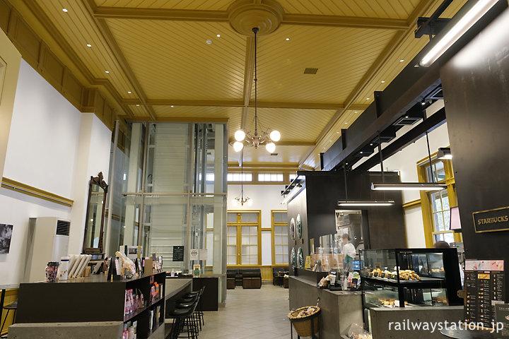 スターバックス門司港駅、駅舎のレトロさを残した店内