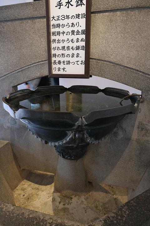 門司港駅、幸運の手水鉢、戦中の金属供出から逃れ現存
