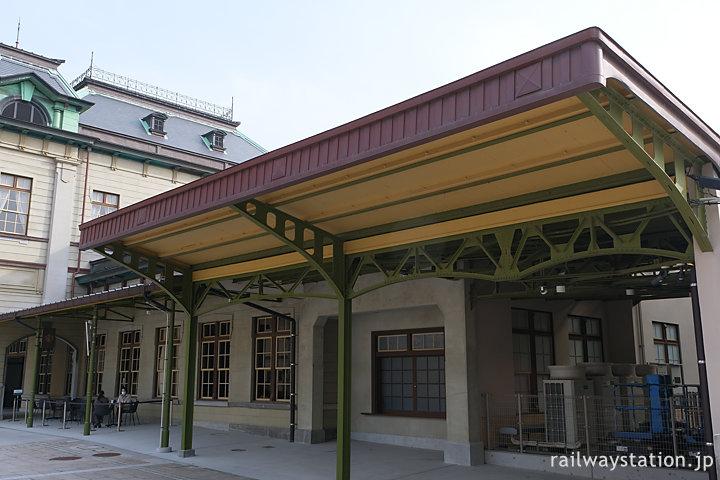 門司港駅、駅舎左横に小荷物取扱所の窓口