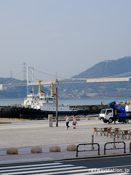 門司港駅前から眺めた関門海峡、大橋で本州と繋がる