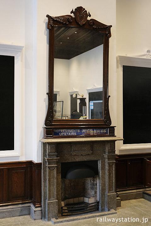 門司港駅舎旧一等二等待合室に残る暖炉跡、食堂の広告が残る