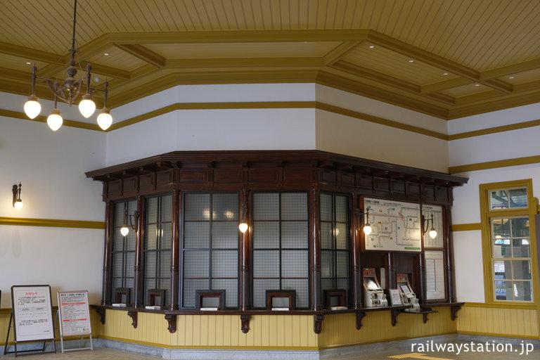 復元された門司港駅、木の造りが美しい出札口(切符売場)