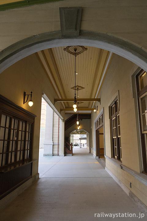 JR九州・鹿児島本線・門司港駅、回廊のような駅舎正面や軒下