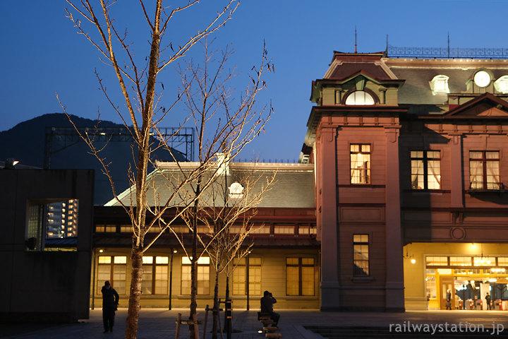 夜の門司港駅、大改修後に駅前に植えられた桜