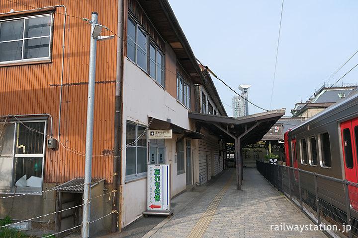 JR九州・門司港駅、構内隅にある木造建築の駅施設