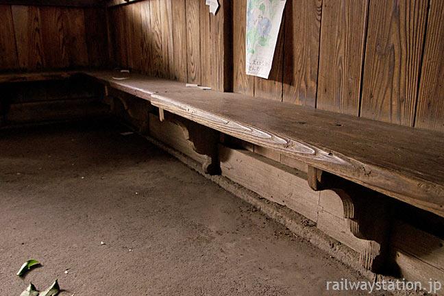 肥薩線・大畑駅の木造駅舎、待合室の長椅子