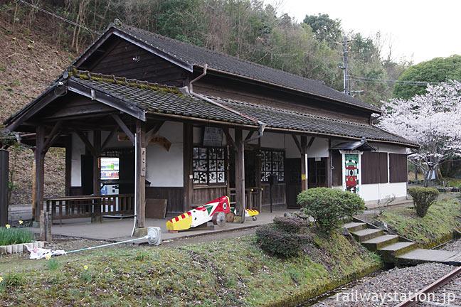 JR九州・肥薩線の秘境駅、大畑駅の木造駅舎