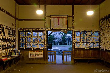 JR九州・肥薩線・大畑駅、待合室に貼られた定期券や名刺