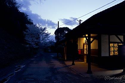 JR九州・肥薩線、秘境駅ムード溢れる夜の大畑駅