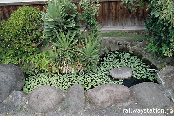 久大本線・小野屋駅、駅舎前の小さな池のある庭園風空間