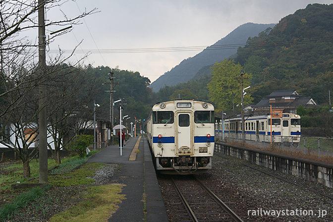 日田彦山線・採銅所駅ですれ違うJR九州147形気動車
