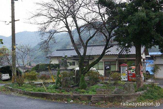 日田彦山線・採銅所駅、緑豊かな駅ロータリーは…