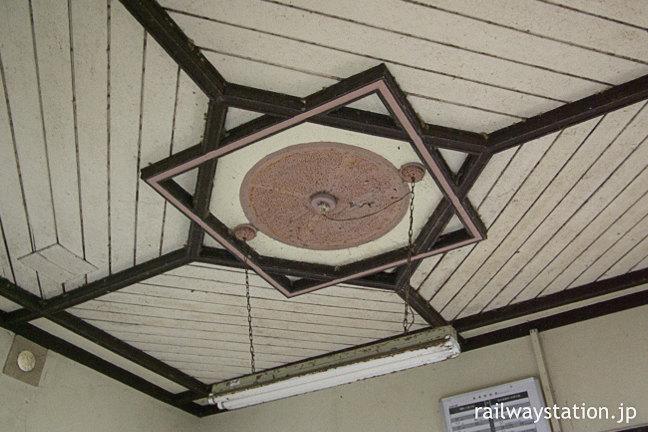 日田彦山線・採銅所駅の木造駅舎、照明の台座など洋風の装飾