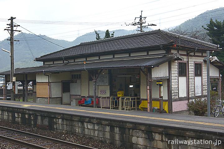 JR九州・日田彦山線・採銅所駅、1番ホームと木造駅舎