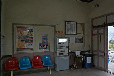 日田彦山線・採銅所駅、窓口跡の前に置かれた券売機
