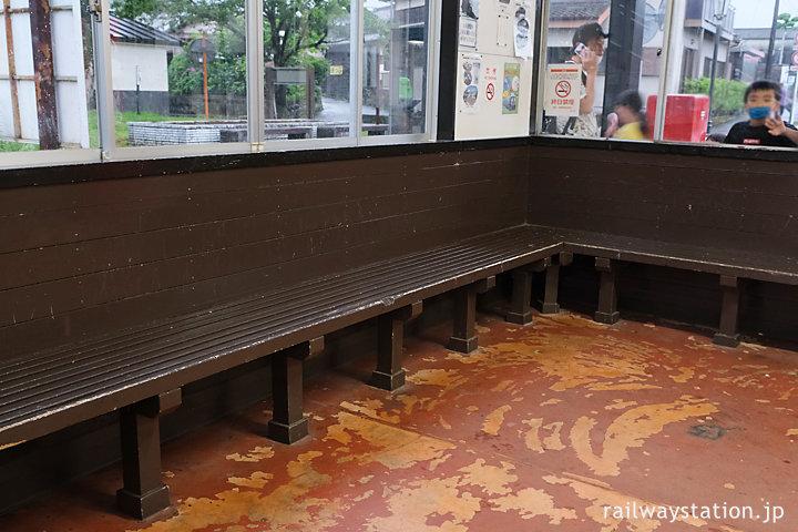 日豊本線・田野駅の木造駅舎、待合室の木の造り付けベンチ