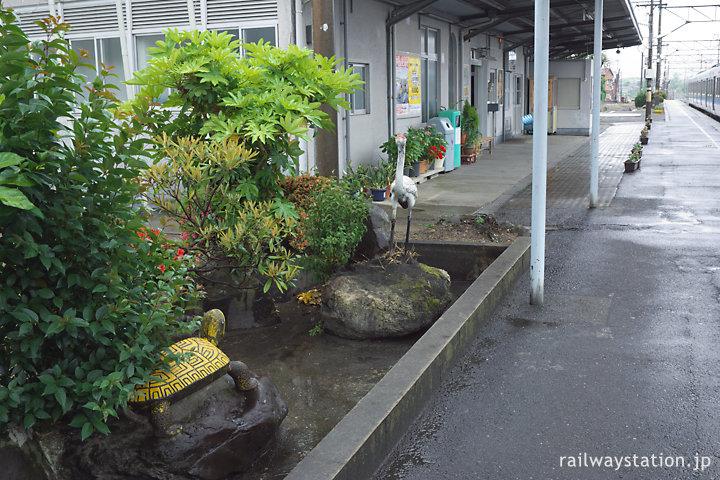 JR九州日豊本線・築城駅、駅舎側1番ホーム上の枯池