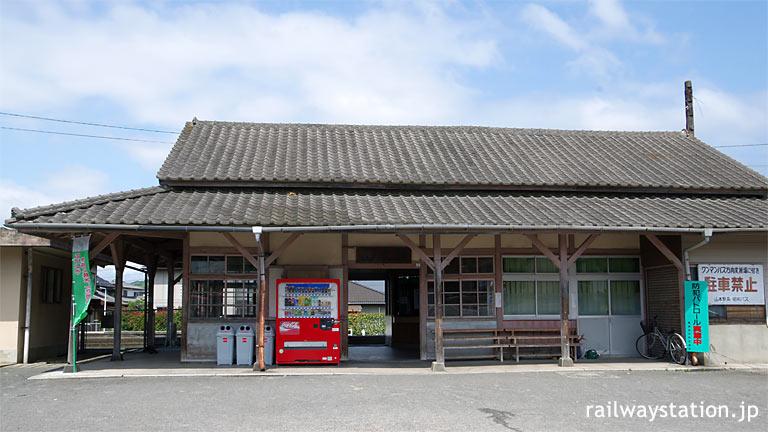 JR九州、唐津線と筑肥線の分岐駅、堂々とした木造駅舎が残る山本駅