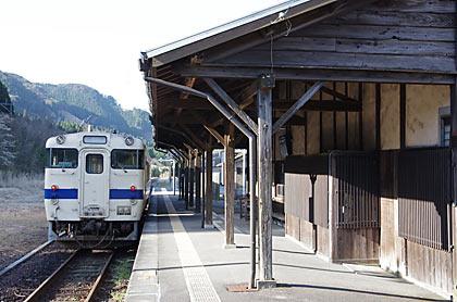 JR九州・肥薩線・矢岳駅に入線した列車