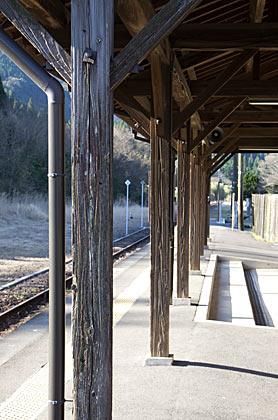 肥薩線・矢岳駅の木造駅舎、使い古され年月を感じる柱
