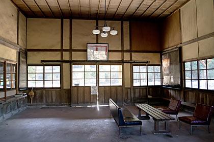 肥薩線・矢岳駅の木造駅舎、天井が高く広い待合室
