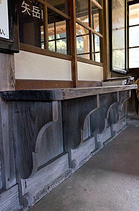肥薩線・矢岳駅の木造駅舎、手小荷物窓口の持ち送り