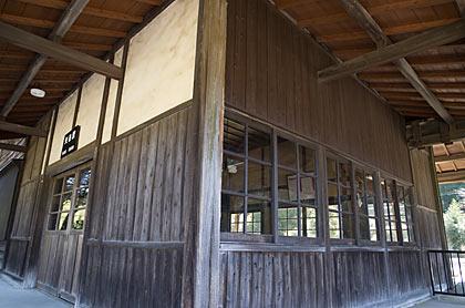 JR九州・肥薩線・矢岳駅、木の質感豊かな木造駅舎