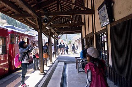 肥薩線、いさぶろ・しんぺい号が入線し賑わう矢岳駅