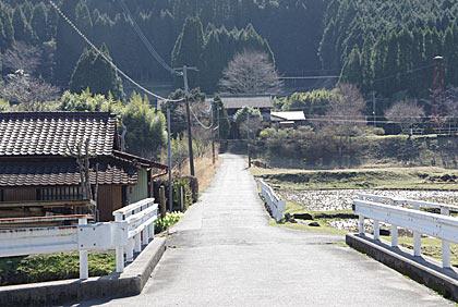 肥薩線・矢岳駅、駅前の集落から駅の方を見る
