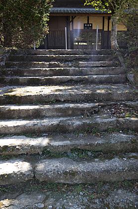 肥薩線・矢岳駅、すり減らされた駅前の階段