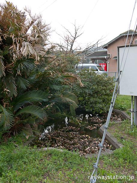 JR四国土讃線・吾桑駅ホーム横の四国の形をした池庭