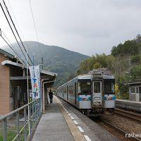 JR四国・土讃線・吾桑駅ホームに停車する1000形気動車