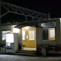 JR四国・予讃線・堀江駅。貨車の廃車体を使いまわした簡易駅舎。