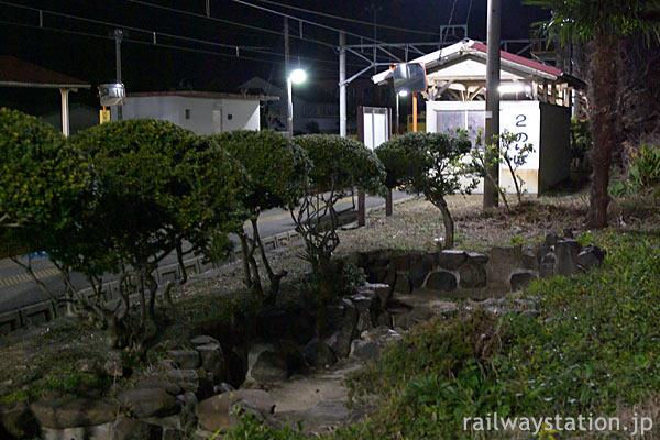 JR四国・予讃線、堀江駅2番線に残る枯池のある庭園跡