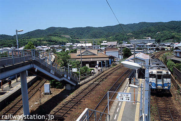 JR四国、高徳線と鳴門線が分岐する池谷駅。間に駅舎がある。