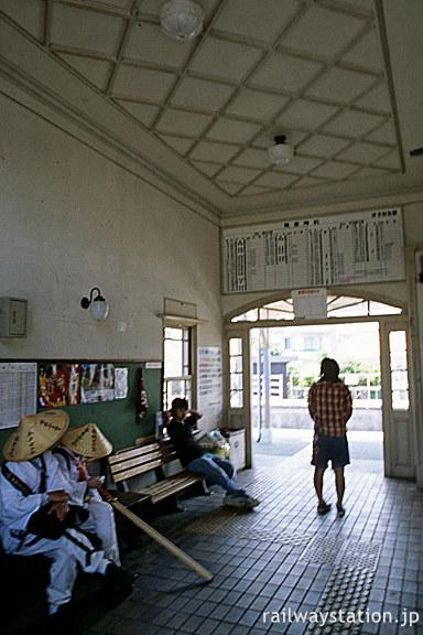 JR予讃線・伊予和気駅、四国遍路八十八ヶ所巡礼のお遍路さん