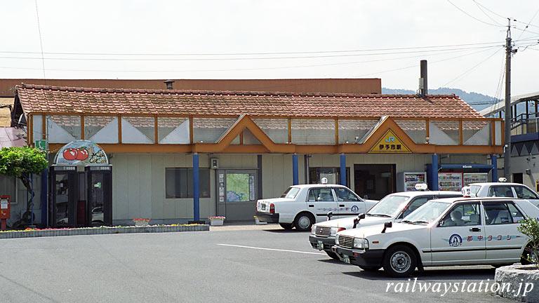 伊予鉄道・予讃線、伊予市駅。古い駅舎がリニューアルされている。