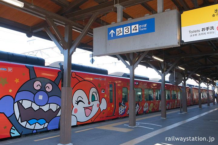 金刀比羅宮の門前駅・琴平駅に停車するアンパンマン列車の特急南風