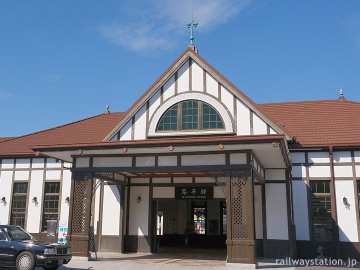 JR土讃線・琴平駅、車寄せや採光窓が印象的な洋風木造駅舎