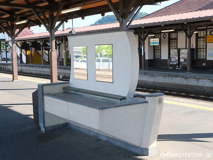 琴平駅、海上交通の神様・こんぴらさんにちなんだ船型の洗面台