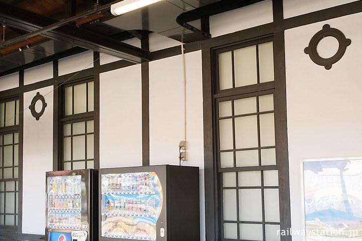 JR土讃線・琴平駅の洋風駅舎、船の窓を模した?装飾