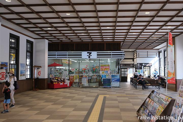 JR四国土讃線・琴平駅、セブンイレブンもある待合室