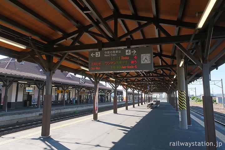 JR四国土讃線・琴平駅、堂々たる風格ある3・4番線の木造上屋
