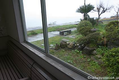 予讃線・下灘駅、駅舎内の待合室から枯池と瀬戸内海を望む